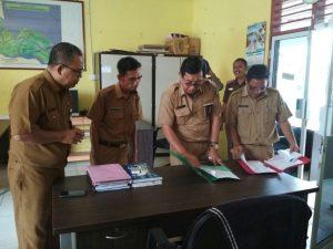 Sekda Meranti Memeriksa Apsen Pegawai dan Honorer di SKPD yang ada