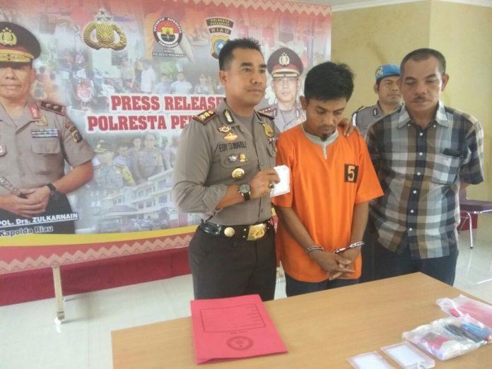 Tersangka saat ditangkap Polresta Pekanbaru