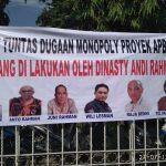 Spanduk Gubri dan Keluarga digantung massa aksi di pagar kejati