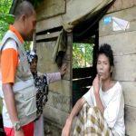 Tim Kesehatan Aceh Timur Bersama AIbar Pria Yang Di Pasung Di Desa Tampor paloh Aceh Timur
