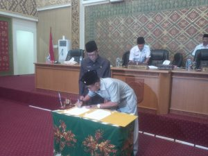 Wakil Ketua Supriyanto.SP menandatangi berita acara penyerahan Laporan Pertanggung Jawaban Pelaksanaan APBD Kab.Pelalawan tahun 2016 dan Rancangan Peraturan Daerah Tentang Hak Keuangan Dan Ad