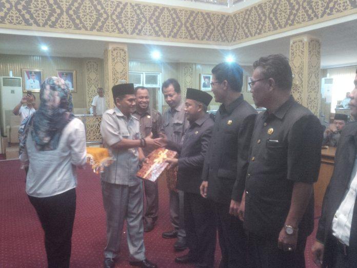Wakil Ketua Supriyanto.SP menyerahkanLaporan Pertanggung Jawaban Pelaksanaan APBD Kab.Pelalawan tahun 2016 dan Rancangan Peraturan Daerah Tentang Hak Keuangan kepada Ketua fraksif-fraksi untu