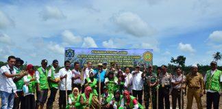 FOTO BERSAMA setelah melakukan Penanaman Perdana Jagung di Desa Seuneubok Meurudu, Kecamatan Idi Tunong, Kabupaten Aceh Timur, Rabu 2 Agustus 2017. Foto Humas Aceh Timur