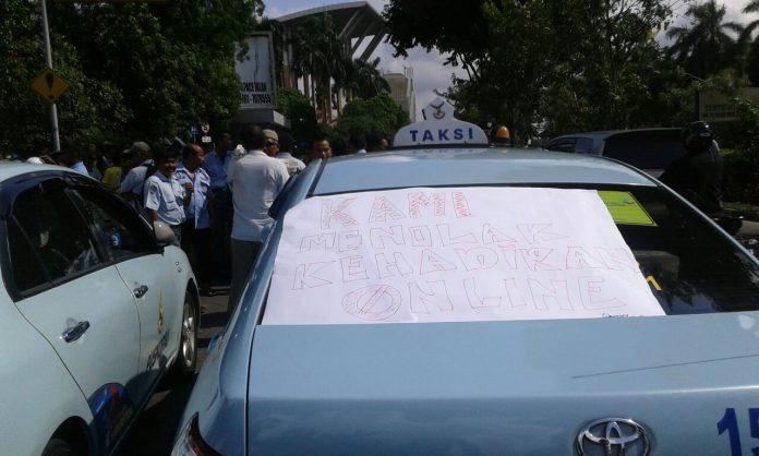 Ratusan Supir Taxi Memadati Jalan Sudirman Depan Kantor Walikota