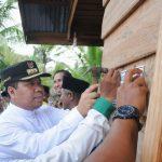 Bupati Irwan saat memberi tanda Rumah Bantuan Baznas