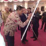 Asisten I saat Menandatangani webset PWI Riau