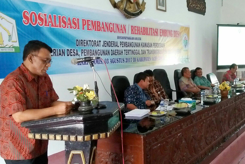 Asisten Pemerintahan Setdakab Aceh Timur, Drs. Zahri, M.AP, menyampaikan sambutan pada Sosialisasi Rehabilitasi dan Embung Desa di Aula Serbaguna Idi, Kab. Aceh Timur, Kamis 3 Agustus 2017. Foto: Humas Aceh Timur.