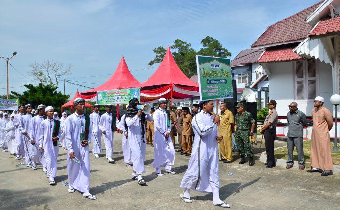 BUPATI Aceh Timur, H.Hasballah HM.Thaib, melepas Pawai Ta'aruf Tahun Baru Islam 1439 H di Halaman Pendopo Idi, Selasa 26 September 2017. Foto: Humas Aceh Timur