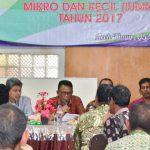 BUKA ACARA: Asisten I Setdakab Aceh Timur, Drs. Zahri, M.AP, ketika menyampaikan sambutan dan arahan pada acara Sosialisasi Izin Usaha Mikro dan Kecil (IUMK) di Aula Hotel Khalifah Idi, Kamis (5/10/2017). Foto: Humas Aceh Timur