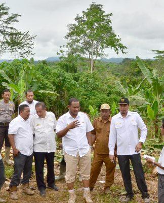 BUPATI Rocky didampingi para pejabat lainnya menyampaikan arahan ketika meninjau lokasi lahan warga yang diamuk gajah di Desa Seumanah Jaya, Kecamatan Ranto Peureulak, Rabu 11 Oktober 2017. Foto Humas Aceh Timur