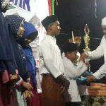 SERAHKAN TROPI: Bupati Rocky menyerahkan tropi dan uang pembinaan untuk pemenang MTQ Tingkat Dayah di Dayah Al Huda, Desa Seuneubok Tengoeh, Kecamatan Darul Ihsan, Kab. Aceh Timur, Senin (9/10/2017) malam. Foto: Istimewa