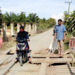 Wakil Bupati Aceh Timur, Syahrul Bin Syama'un, meninjau jembatan yang kondisinya rusak di Desa Blang Batee, Kecamatan Peureulak, Rabu 25 Oktober 2017. Foto: Istimewa