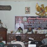 Tampak Bupati Aceh Timur saat memberi sambutan dalam pertemuan dengan Wakil Gubernur Aceh, Ir. Nova Iriansyah di Auala Serbaguna Pendopo Idi. Foto Bagian Humas.