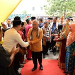 Gubernur Riau Saat disambut Masyarakat dan Para panitia UMKM