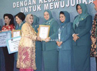 Ketua PKK Riau saat menerima penghargaan (foto:phpmu.com/net)