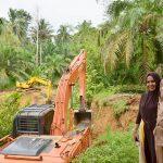 Bupati Aceh Timur, H. Hasballah HM.Thaib atau Rocky didampingi masyarakat meninjau normalisasi saluran irigasi di Desa Alue Bu, Kecamatan Peureulak Barat, Senin 6 Nopember 2017. Foto: Humas Pemkab Aceh Timur