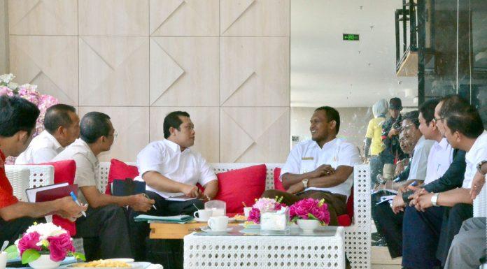 BUPATI Aceh Timur, H.Hasballah HM.Thaib menyampaikan sambutan saat pertemuan dengan Kemendes PDPTT RI di The Royal Hotel Idi, Rabu 15 Nopember 2017. Foto: Humas Pemkab Aceh Timur