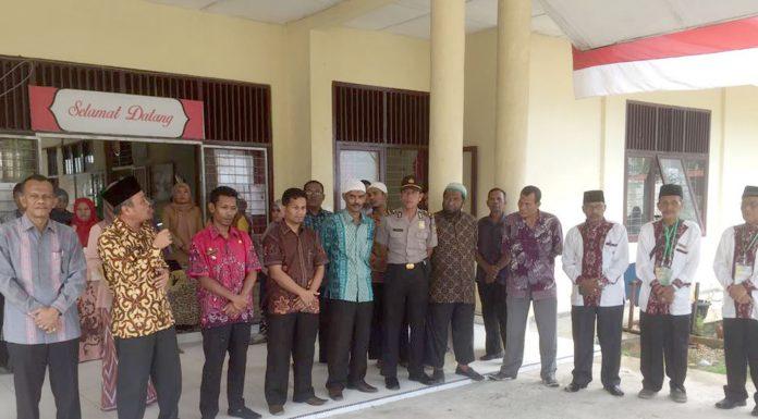 ASISTEN Administrasi Umum Setdakab Aceh Timur, Safrizal, SH, M.AP (2 kiri) menyampaikan arahan dan bimbingan saat penjemputan Kafilah MTQ XXXIII Kabupaten Aceh Timur di perbatasan Aceh Timur dengan Kota Langsa, tepatnya di Kantor Camat Birem Bayeun, Kamis 16 Nopember 2017. Foto: Humas Pemkab Aceh Timur