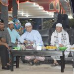 BUPATI Aceh Timur, H. Hasballah HM.Thaib (kiri) tampak akrap dengan Abu Paya Pasi dan beberapa pemuka agama ketika mengunjungi Arena Utama MTQ XXXIII Aceh Tahun 2017 di Idi, Kamis 23 Nopember 2017, malam. Foto: Humas Pemkab Aceh Timur