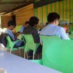 Terlihat Oknum pegawai Honorer Lingkungan Pemkab Meranti Nongkrong di kedai Kopi Saat Jam Kerja Senin (13/11/2017) (foto:fb)