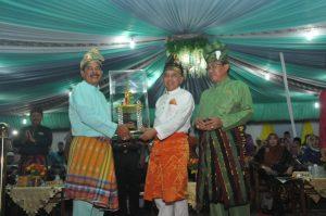 Gubernur memberi Hadiah Juara umum MTQ