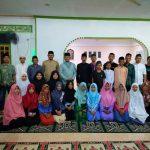 Hafizan Abas ketika foto bersama Puluhan Remaja