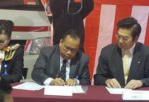 Bupati Irwan ketika Menandatangani Penerimaan Toyota dari Jepang