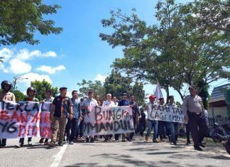 Pendemo Bersama Wakil Bupati Said Hasyim menuju Kantor DPRD Meranti