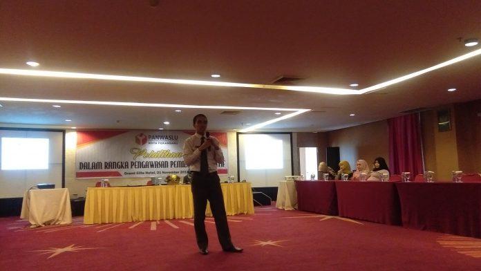 Rizqi Abadi Sedang menyampaikan Materi di hadapan peserta, selasa (21/11/2017)