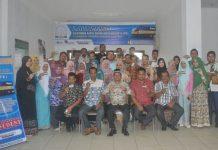 SEKDAAceh Timur, M. Ikhsan Ahyat, S.STP, M.AP, bersama pejabat dan pegawai di BKPSDM Aceh Timur memperlihatkan elektronik-Kartu Pintar Kepegawaian (e-KPK) di Kantor BKPSDM Aceh Timur di Idi, Kamis 23 Nopember 2017.Foto: Humas Pemkab Aceh Timur