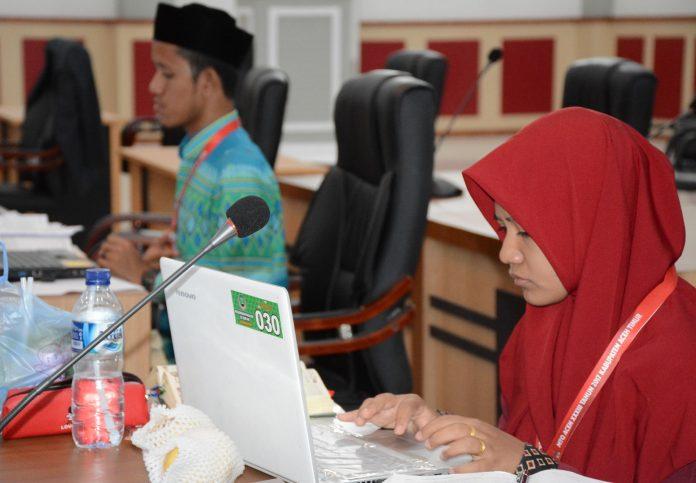 SEMIFINAL CABANG MMQ: Radhia Humaira, peserta asal Aceh Timur ketika mengikuti Semifinal Cabang MMQ dalam MTQ XXXIII/2017 di Aula Gedung DPRK Aceh Timur di Idi, Selasa 21 Nopember 2017. Foto: Panitia MTQ XXXIII Aceh.