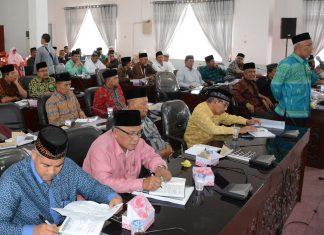 RAKERDA LPTQ ACEH: Wakil Sekretaris LPTQ Aceh Timur, Zulkhaidir, SH, menyampaikan pendapat dalam Rakerda LPTQ Se Aceh di Aula Serbaguna Idi, Aceh Timur, Selasa 21 Nopember 2017. Foto; Humas Pemkab Aceh Timur.