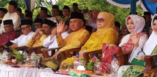 Gubernur Riau Melambaikan Tangan Kepada Peserta Pawai MTQ ke -36 Kota Dumai