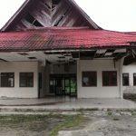 Tampak Gedung Serbaguna dari Depan yang sudah rapuh dan perlu di renopasi (foto:Helmi)