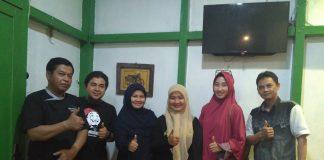Foto bersama owner dan manager serta team Abah Burger