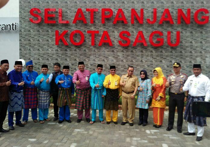 Bupati Meranti foto bersama di depan Taman Kota Sagu