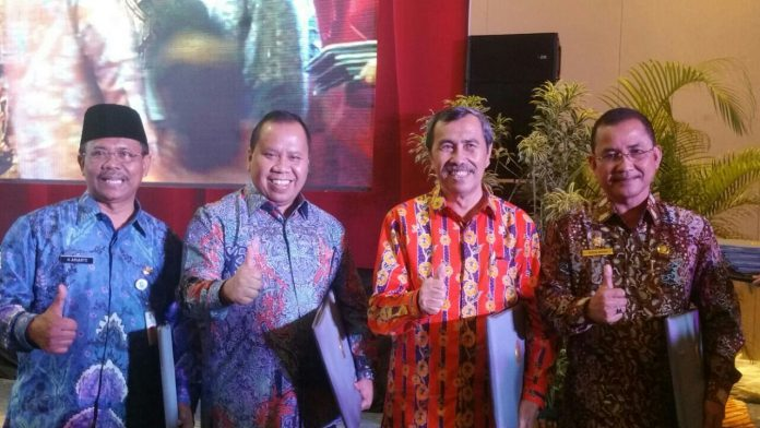 Bupati Meranti H.Irwan Msi bersama Bupati Siak Syamsuar di momen Acara LHE AKIP di Kota Batam.
