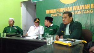 Ketua DPW PBB Riau sedang menjelaskan Kepengurusan dengan Anggota KPU Riau