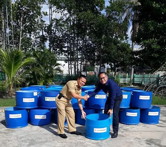 Kadis DLHK saat Menerima Bantuan Tong Sampah Langsung di serahkan oleh Kacab BRK Indra