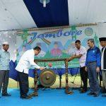 Bupati Irwan sedang Memukul Gong, Pertanda Jambore Remaja Semeranti di Mulai,disaksikan Calon Gubernur Riau Syamsuar