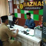 Wawako Ayat Cahyadi sedang Membayar Zakat di Baznas Pekanbaru