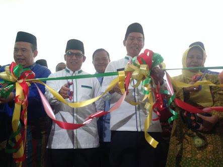 Walikota Pekanbaru Dr. H. Firdaus ST. MT, saat Memotong Pita peresmian RSD Madani, Jumat (26/01/2018)