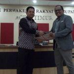 Sekda Aceh Timur, M. Ikhsan Ahyat, S.S.tp, M.AP menyerahakn Rancangan Qanun Tentang RPJM Kabupaten Aceh Timur Tahun 2017 – 2022 kepada DPRK Aceh Timur. Dokumen Qanun ini diserahkan pada rapat Paripurna yang dipimpin Wakil Ketua DPRK, M. Nur, Spdi, Kamis 1/3/2018. Foto Bagian Humas Aceh Timur.
