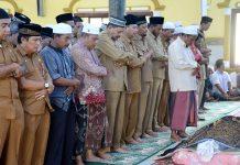 BUPATI Aceh Timur H. Hasballah HM.Thaib bersama pejabat lainnya ikut menyalatkan jenazah almarhum Camat Darul Aman, Jaman M Yahya di Masjid Baitul Muttaqin Idi Cut, Senin 12 Maret 2018. Foto: Humas Pemkab Aceh Timur