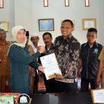 BUPATI Aceh Timur, H. Hasballah HM.Thaib bersama Kepala BNN Kota Langsa, AKBP Navri Yulenni, menandatangani dan Memperlihatkan Nota Perjanjian Kerjasama Pemberantasan Narkotika di Kantor Setdakab Aceh Timur di Idi, Selasa 13 Maret 2018. Foto: Humas Pemkab Aceh Timur