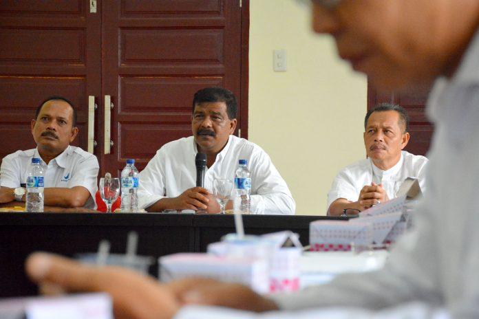 Wakil Bupati Aceh Timur, Syahrul Bin Syama'un, menyampaikan arahan ketika Sosialisasi Inpres Nomor 3 Tahun 2017 tentang Peningkatan Efektivitas Pengawasan Obat dan Makanan di Aula Setdakab Aceh Timur di Idi, Jumat 16 Maret 2018. Foto: Humas Aceh Timur