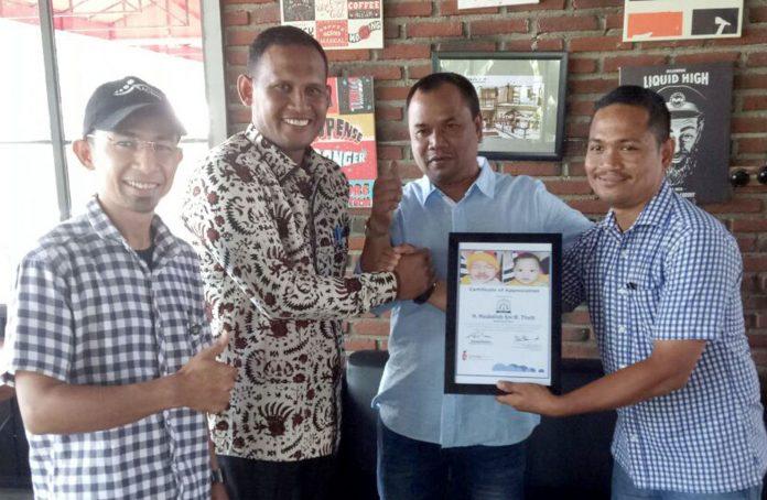 Bupati Aceh Timur, H. Hasballah HM.Thaib, menerima penghargaan dari Smile Train Perwakilan Aceh, Rahmad Maulizar, dalam misi kemanusiaan di Banda Aceh, Kamis 15 Maret 2018. Foto: Istimewa.