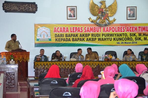 Bupati Aceh Timur, H. Hasballah Bin H.M. Thaib saat memberikatan kata sambutan pada acara lepas sambut kapolres aceh timur yang dilaksanakan di aula Gedung Serbaguna, Pendopo Idi, Senin 26 maret 2018 sore. Foto bagian humas aceh timur.