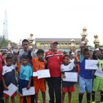 Ashadi, SE. MM Kepala Disparpora Kabupaten Aceh Timur, T, Zulfikar Kabid Olahraga Disparpora, H. Samsul Bahri Ketua PSSI Aceh Timur foto bersama dengan para pemenang turnamen Aqua Danone Nations Cup (DNC) Tahun 2018. Foto Bagian Humas Aceh Timur.
