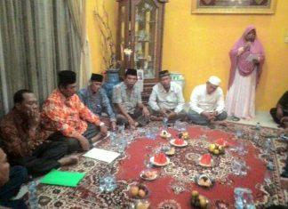 H. M. Ridwan berada di tengah tengah masyarakat